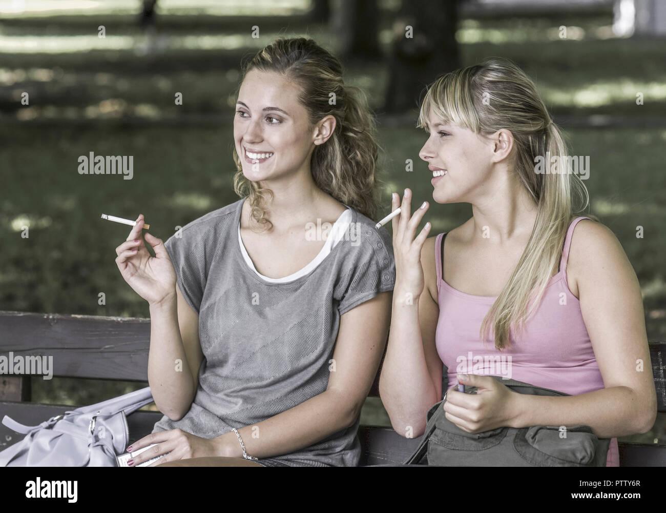 Mädchen rauchen Zigarette 2 Wie finden