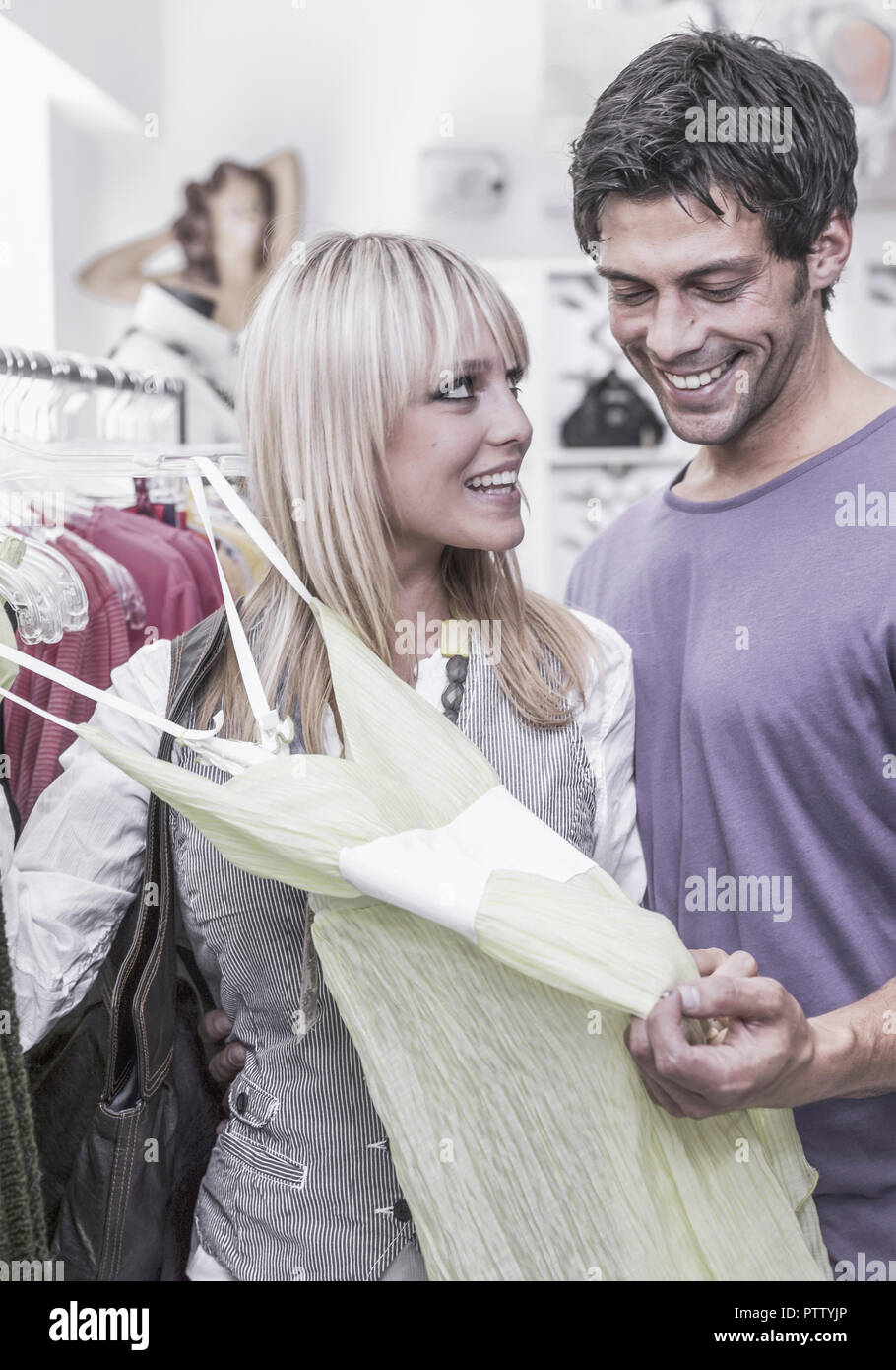 Paar in Boutique, sehen sich Kleider an (model-released) - Stock Image