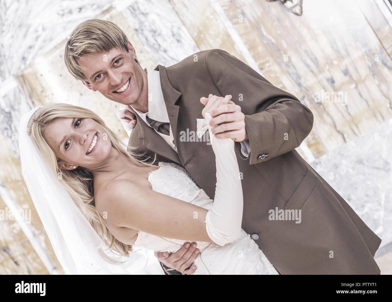 Brautpaar beim Tanzen (model-released) - Stock Image