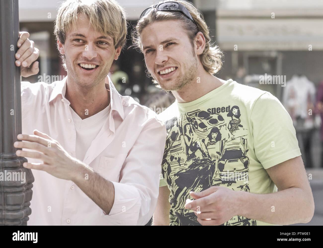 Zwei Maenner stehen zusammen, lachen (model-released) - Stock Image
