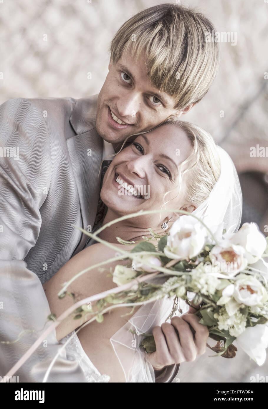 Brautpaar, umarmen sich (model-released) Stock Photo