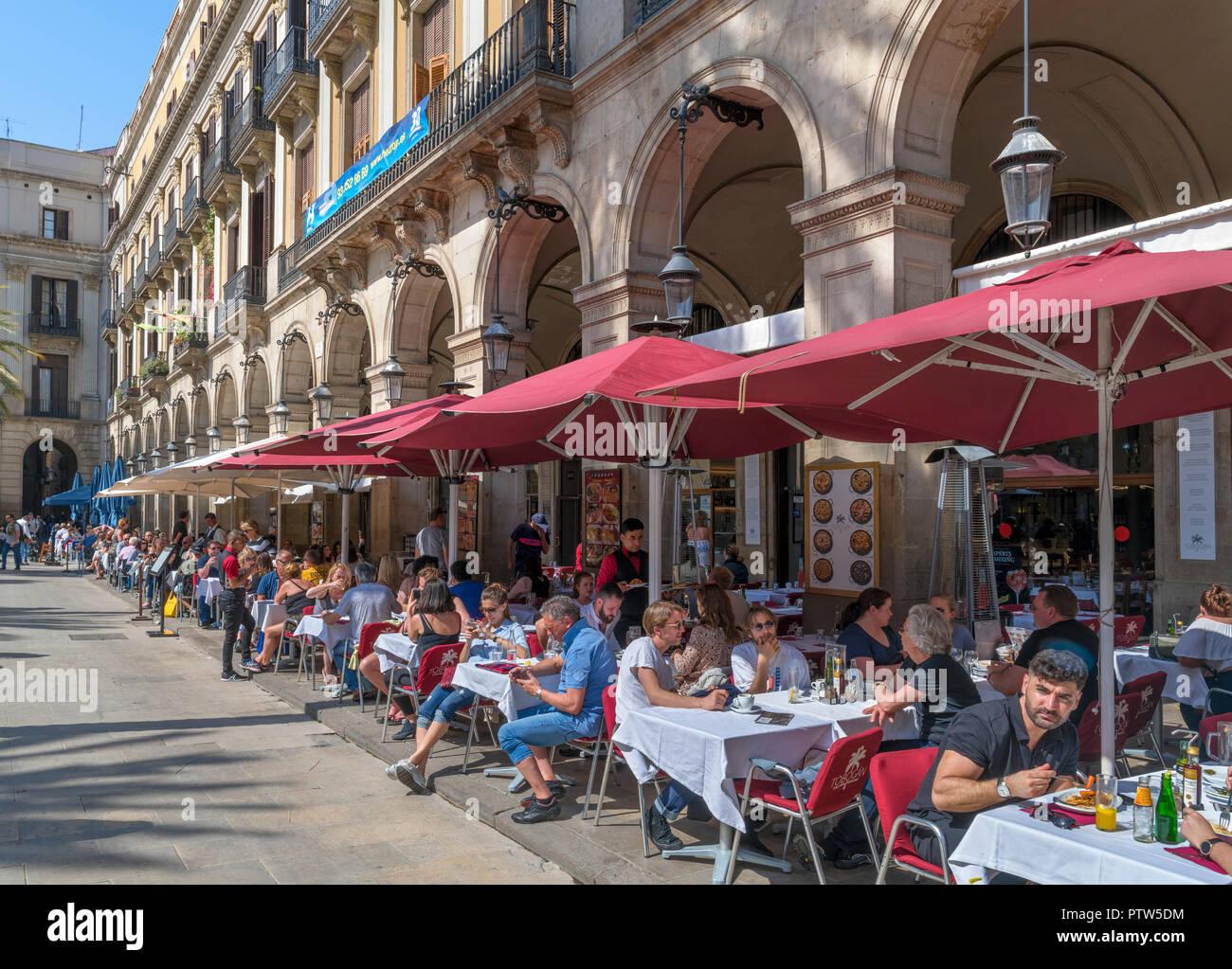 Plaça Reial, Barcelona. Tourists sitting outside a restaurant on the Plaça Reial (Plaza Real), Barri Gotic, Barcelona, Catalunya, Spain. - Stock Image