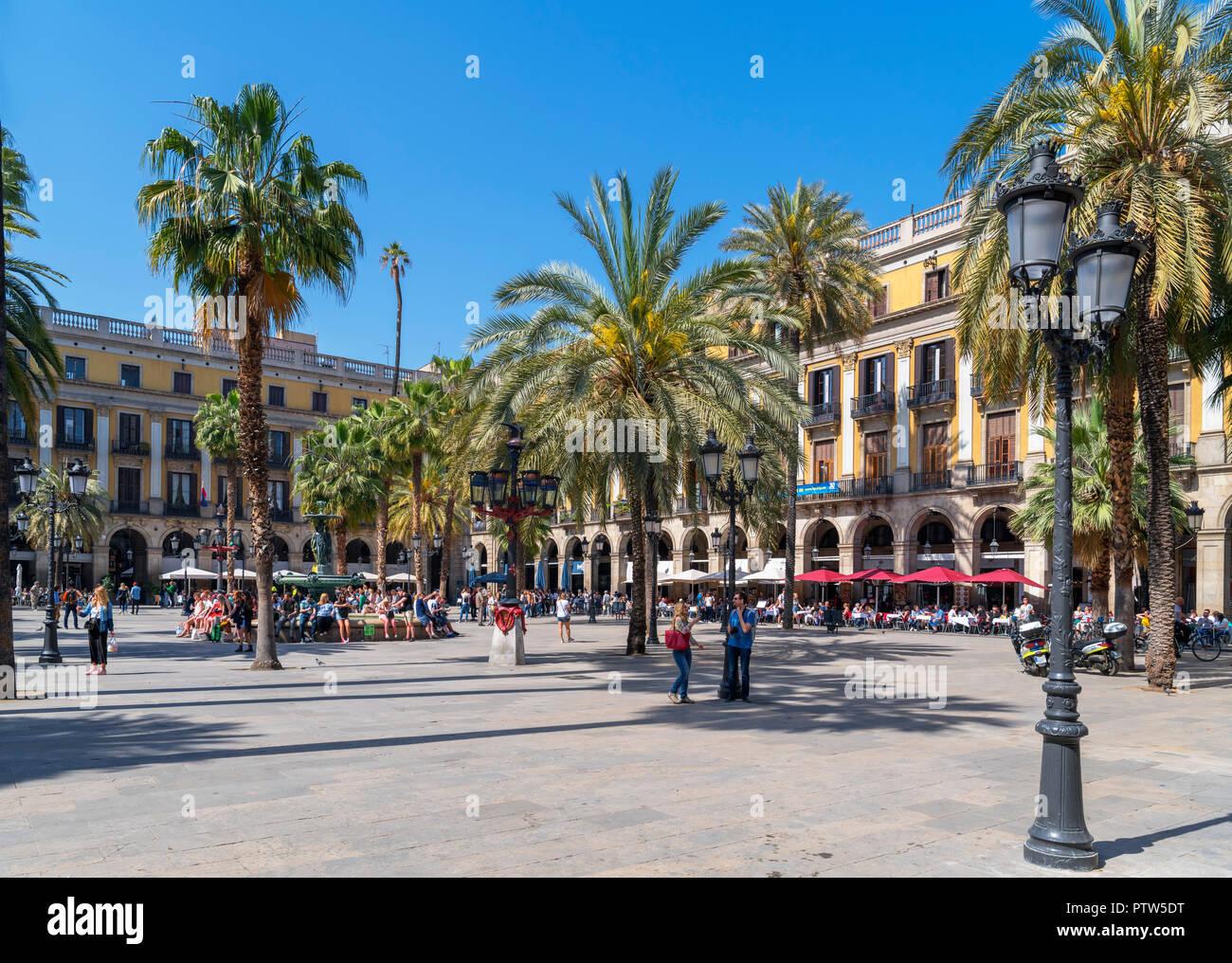 Plaça Reial, Barcelona. Cafes, bars and restaurants on the Plaça Reial (Plaza Real), Barri Gotic, Barcelona, Catalunya, Spain. - Stock Image