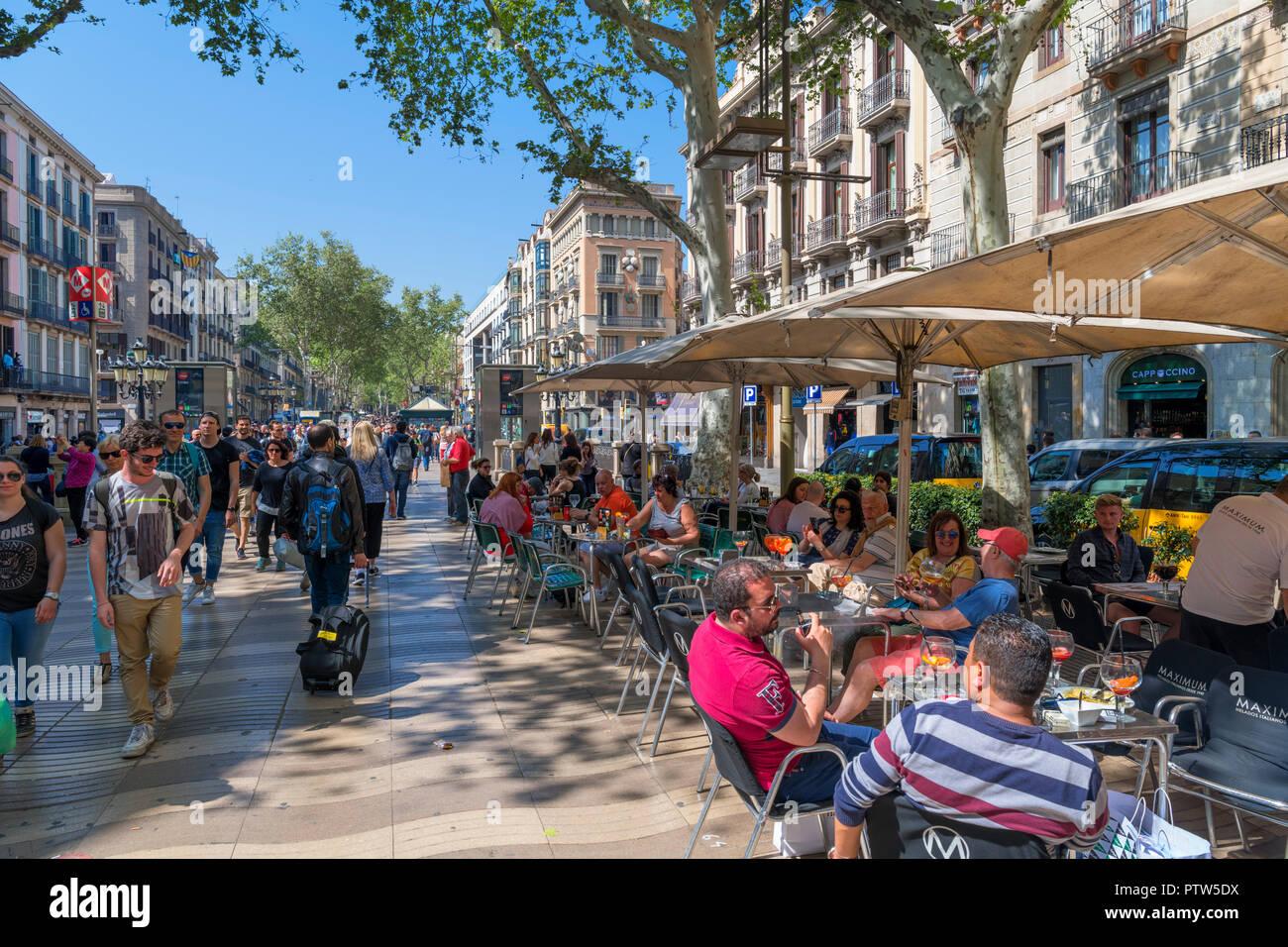 Las Ramblas, Barcelona. Cafe on the busy Rambla dels Caputxins, Barcelona, Catalunya, Spain. - Stock Image