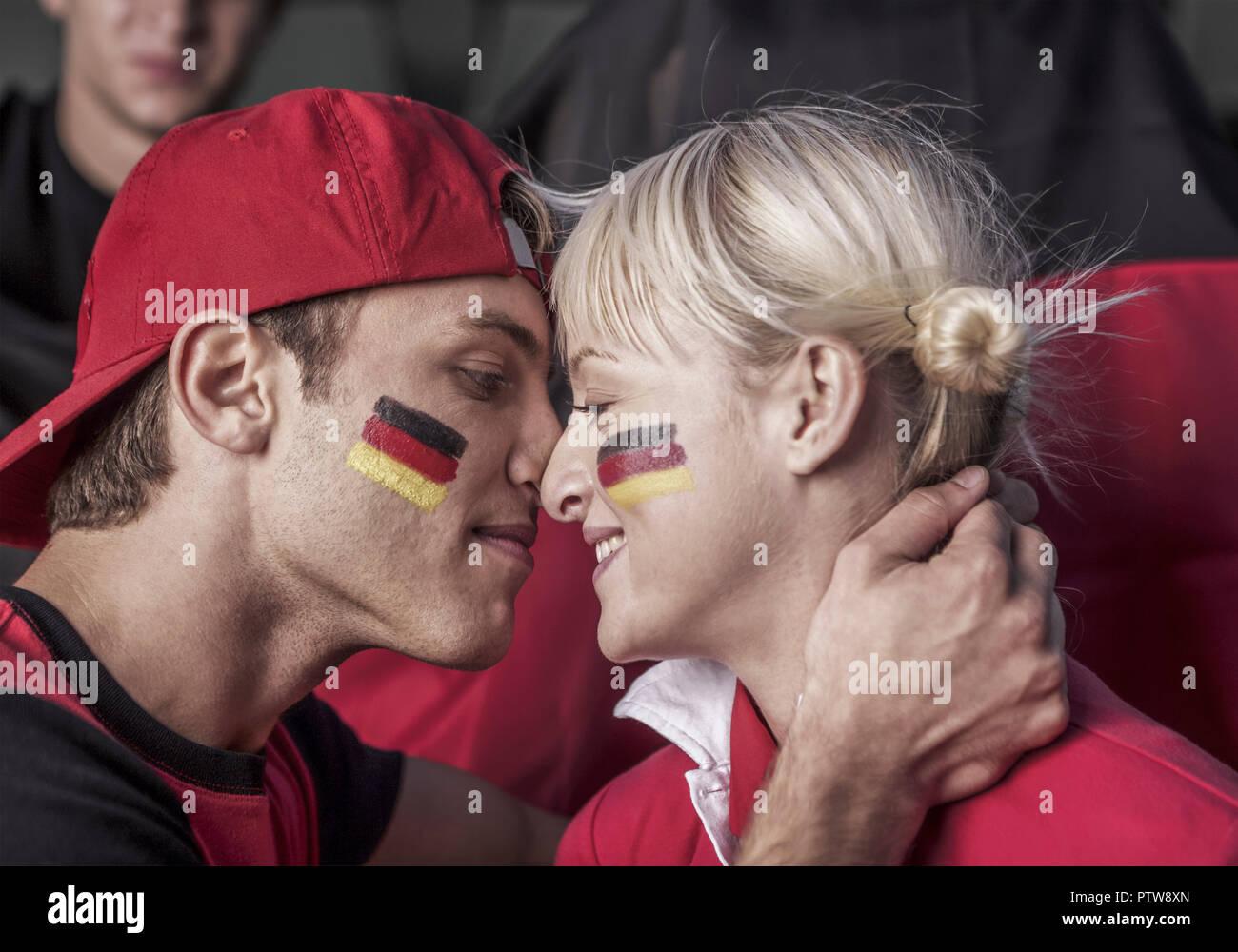 Deutsche Fussballfans, Paerchen (model-released) - Stock Image