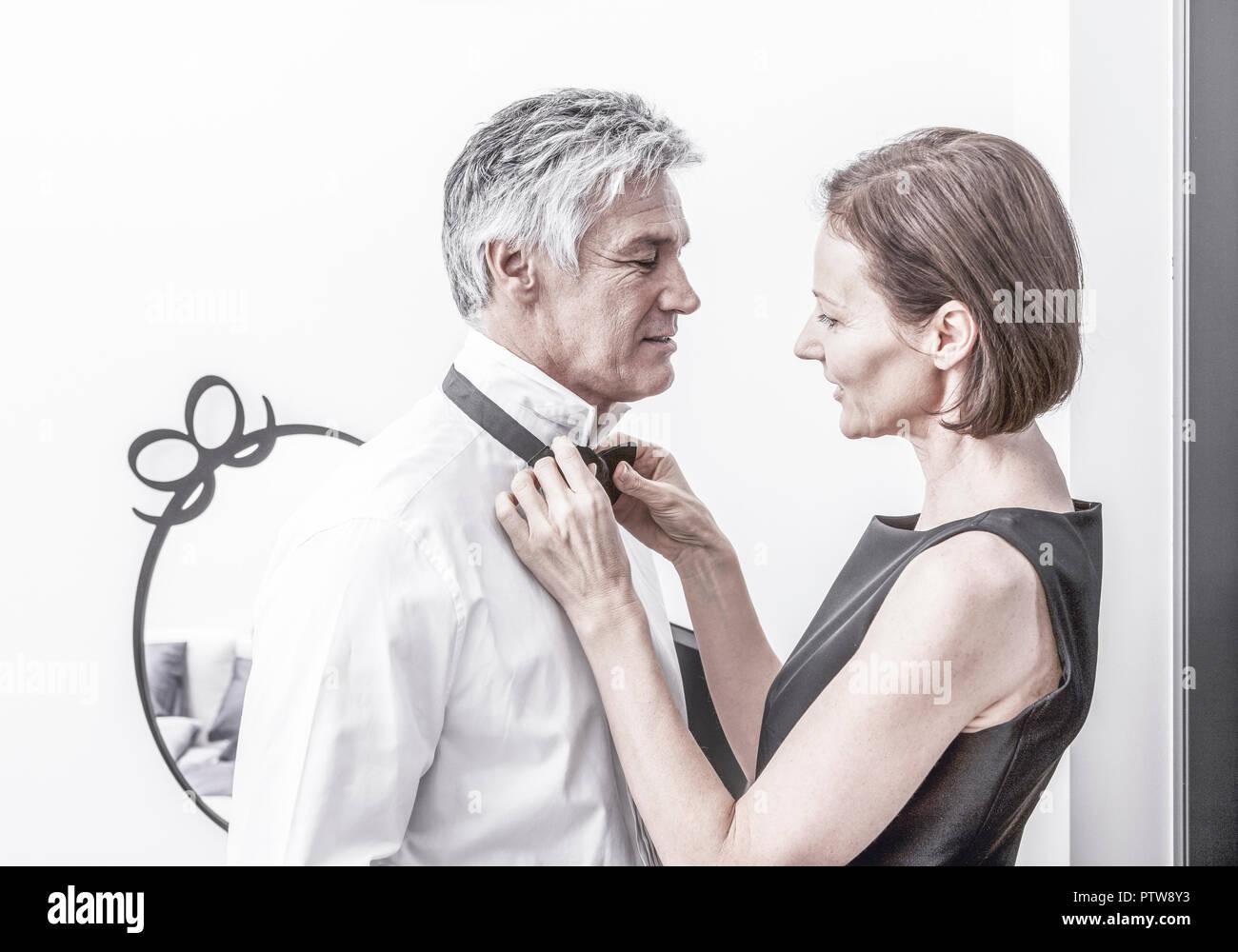 Paar, Frau bindet Mann die Fliege (model-released) Stock Photo