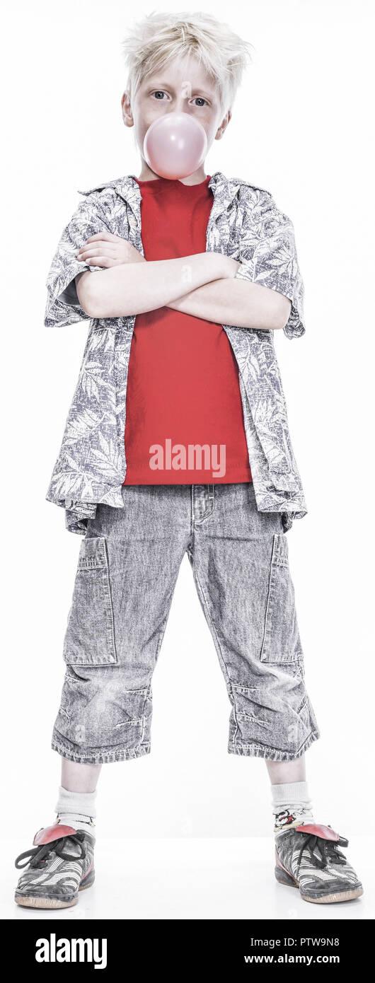 Kleiner Junge mit Kaugummiblase, verschraenkte Arme (model-released) Stock Photo