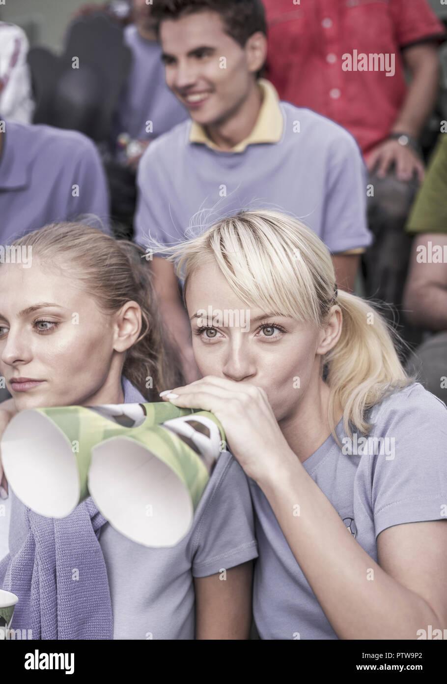 Fussballfans, Frauen mit Troete (model-released) - Stock Image