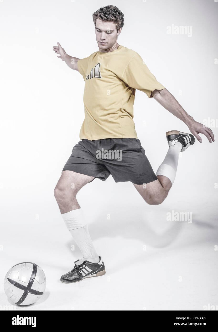 Fussballspieler beim Schuss (model-released) - Stock Image
