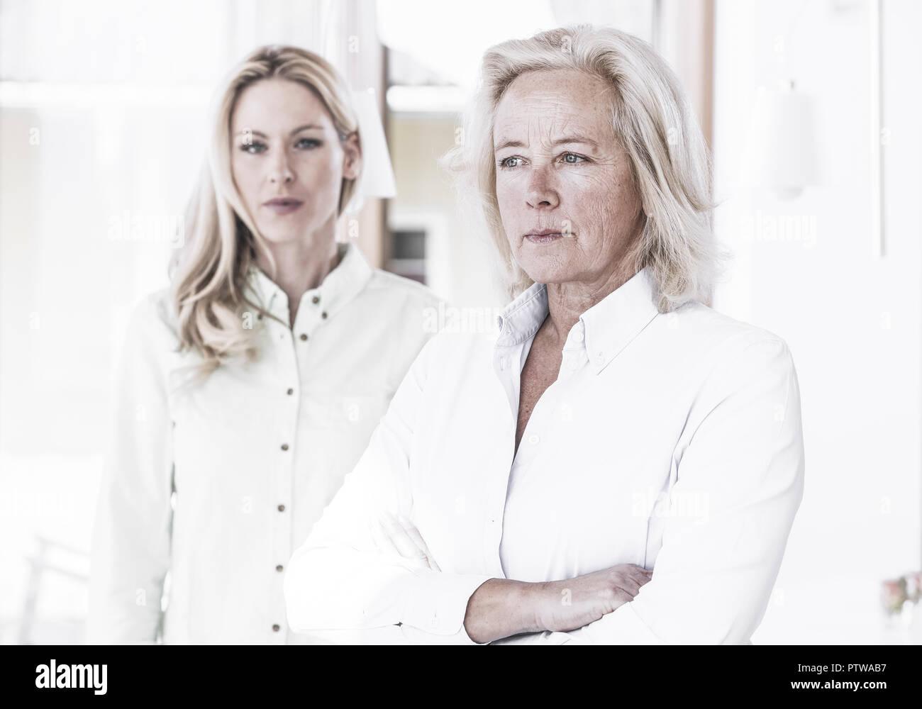 Mutter mit erwachsener Tochter, ernster Blick (model-released) - Stock Image