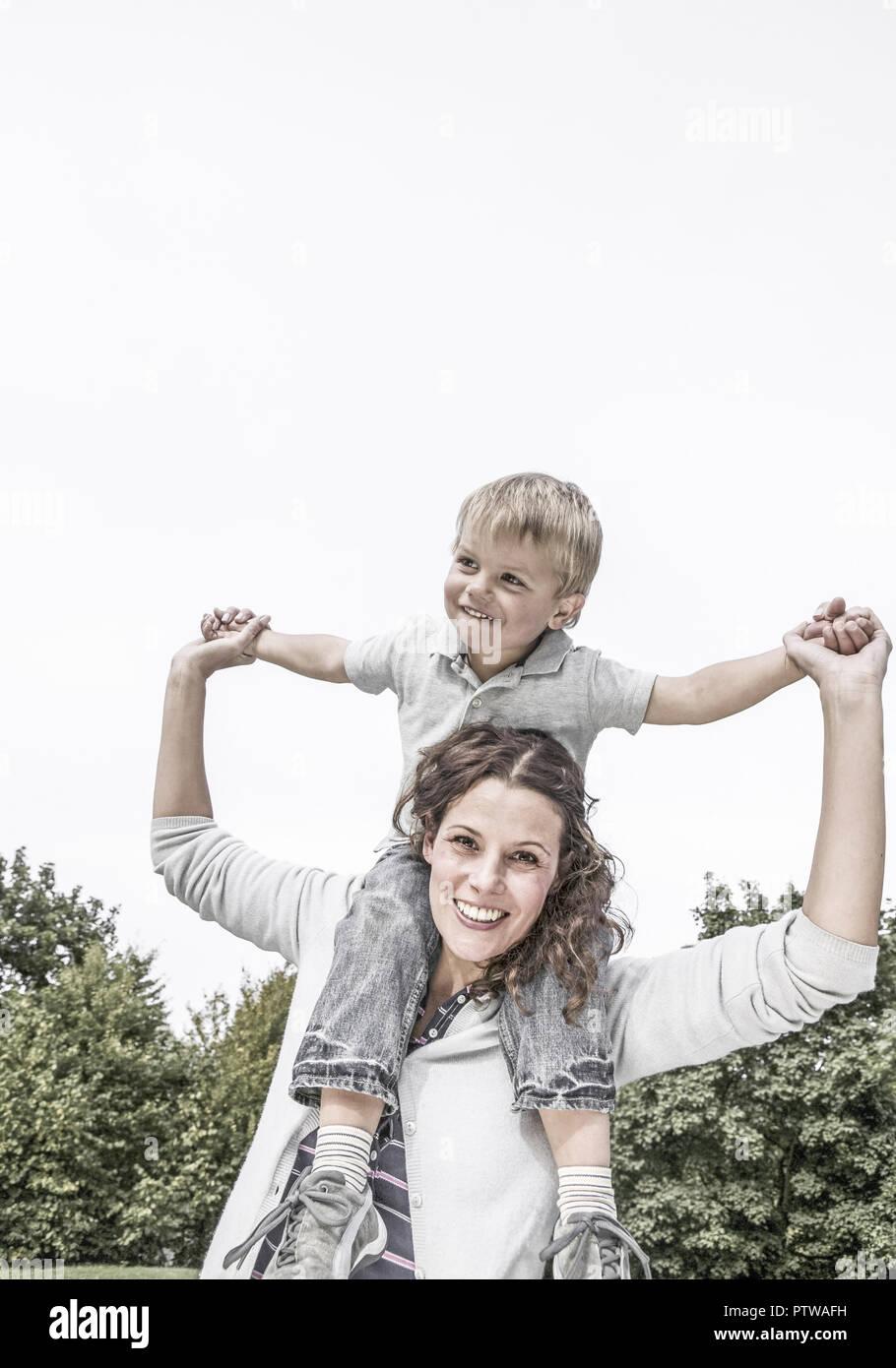 Mutter mit kleinem Sohn auf den Schultern (model-released) - Stock Image