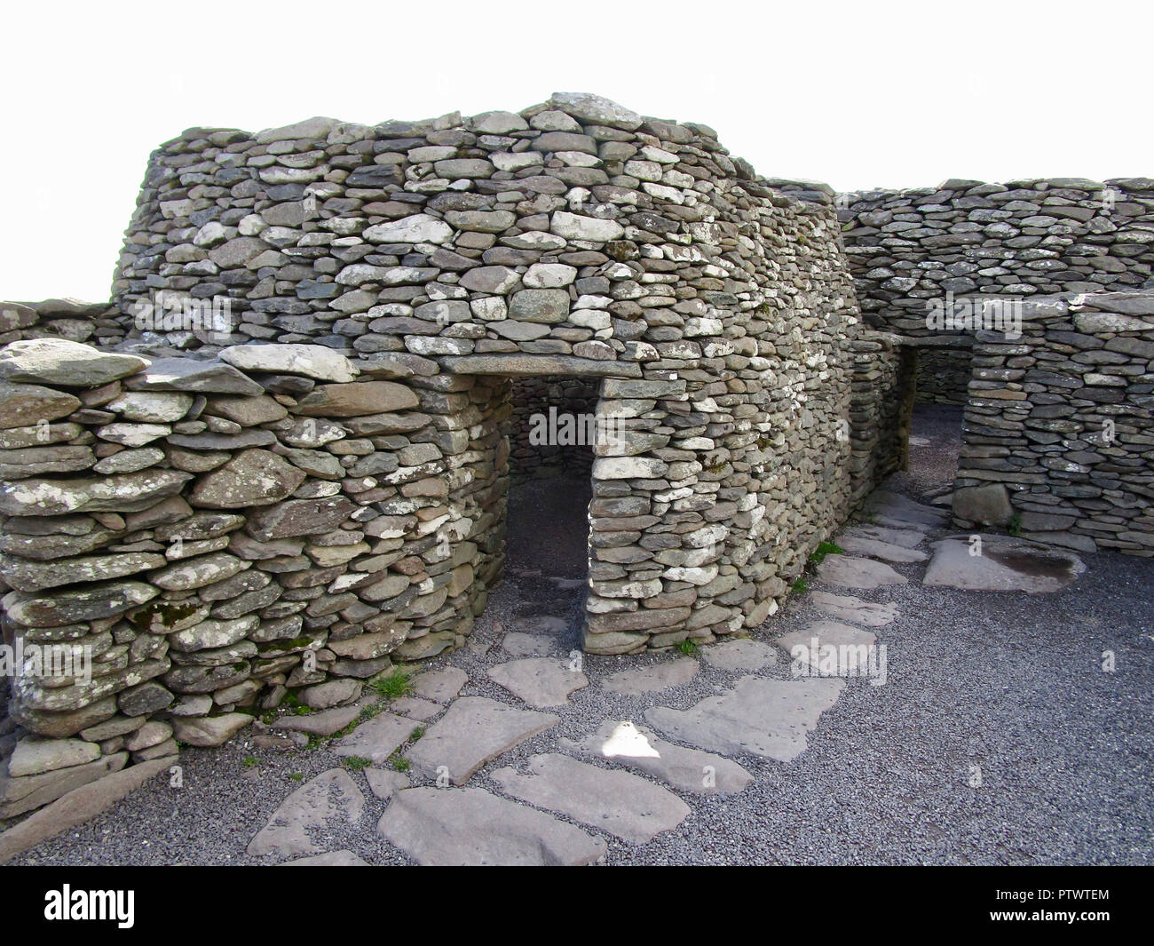 Primitive clochán (beehive hut) dwelling on the Dingle Peninsula in County Kerry, Ireland - Stock Image