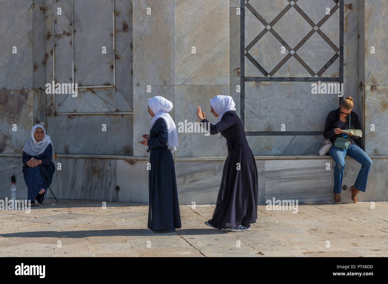 Muslim women at the Dome of the Rock, on the Temple Mount in the Old City of Jerusalem, Israel - Stock Image