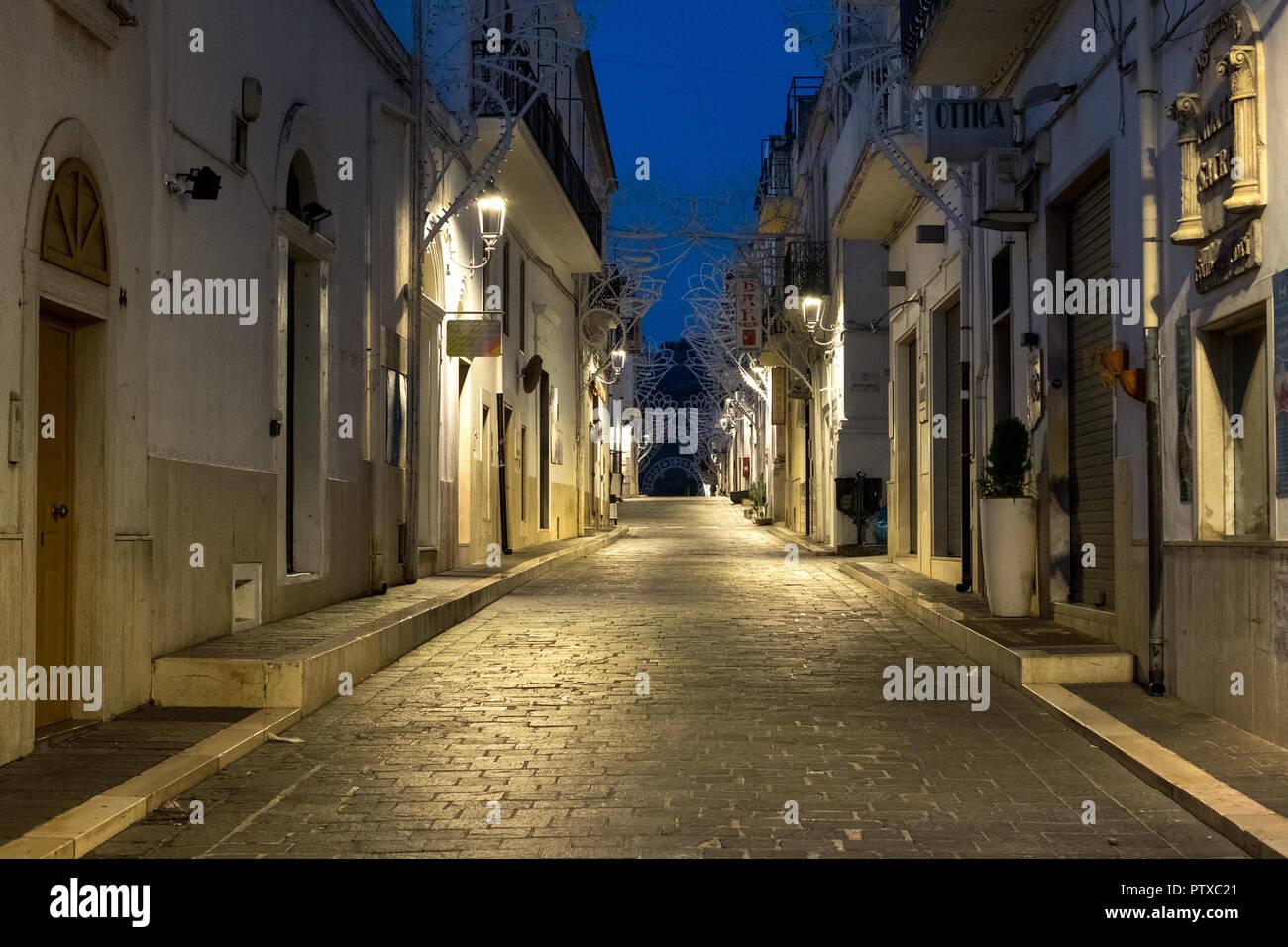 Street scene in Mattinata, on the Adriatic coast in the Gargano Peninsula, Puglia, Italy. Photographed at night in late summer. - Stock Image
