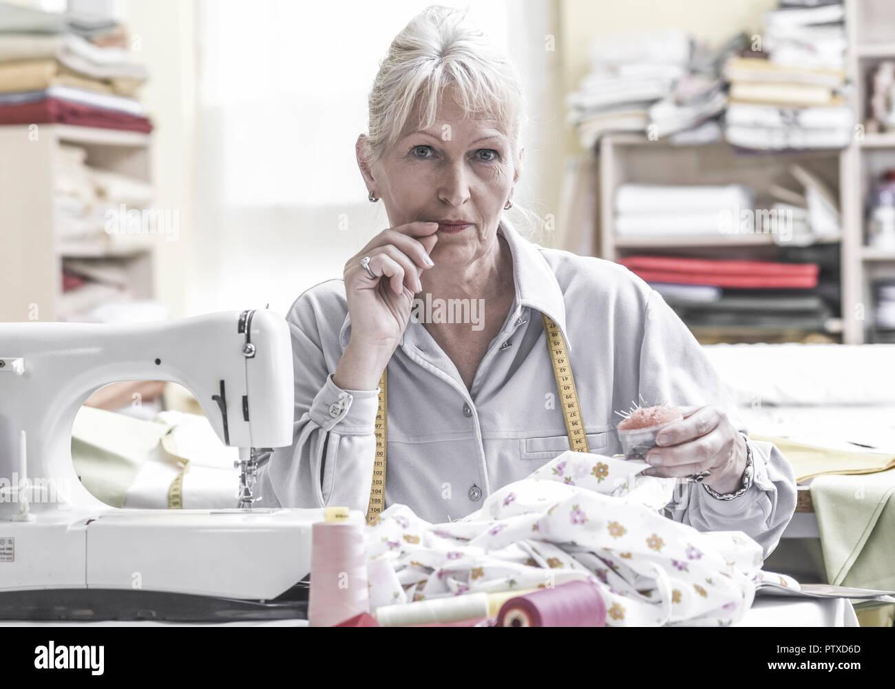 Schneiderin beim Naehen an Naehmaschine (model-released) Stock Photo