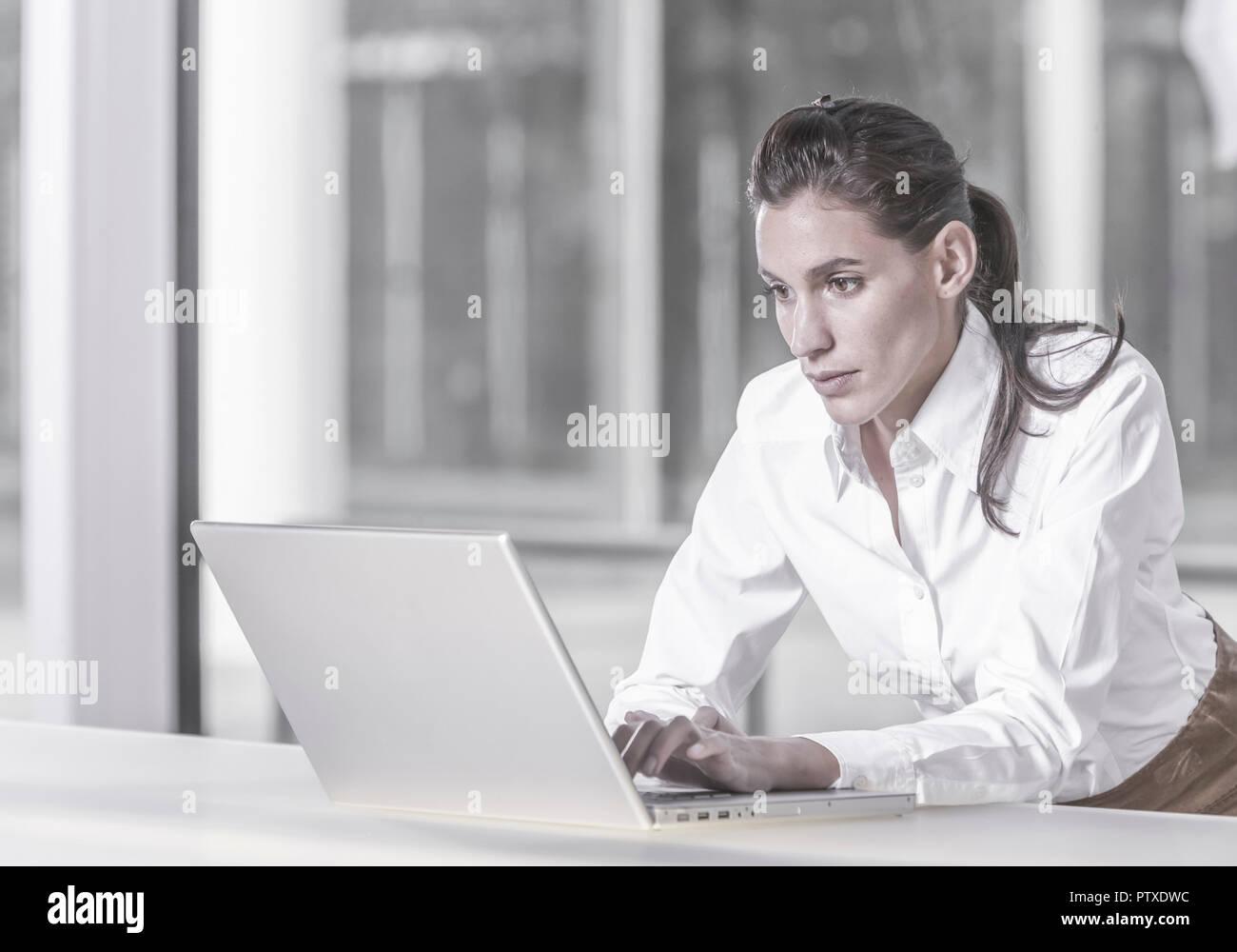 Frau im Buero an Laptop (model-released) - Stock Image