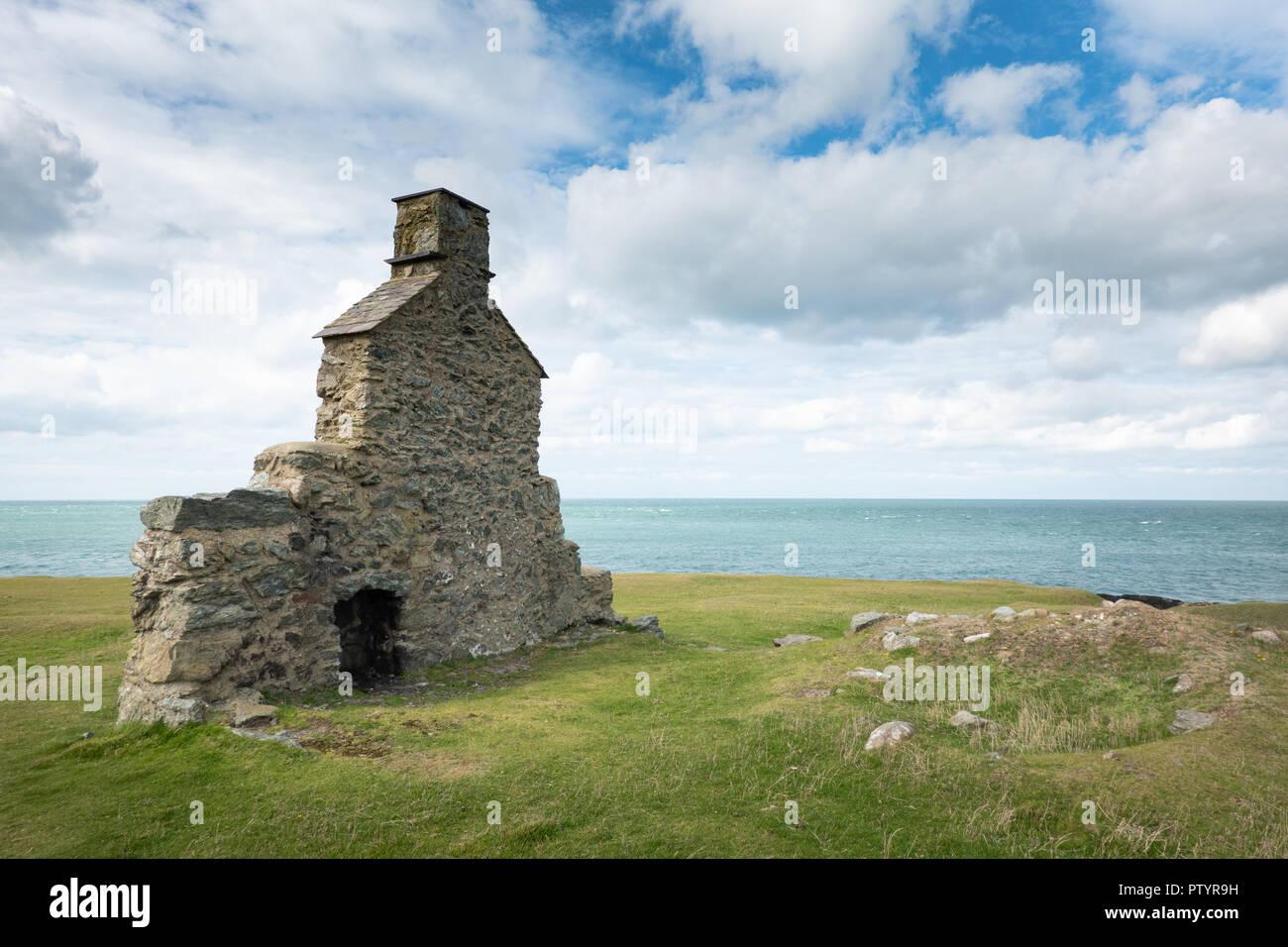 Cliff edge ruin at Porth Ysgaden on the Llŷn Peninsula. Stock Photo