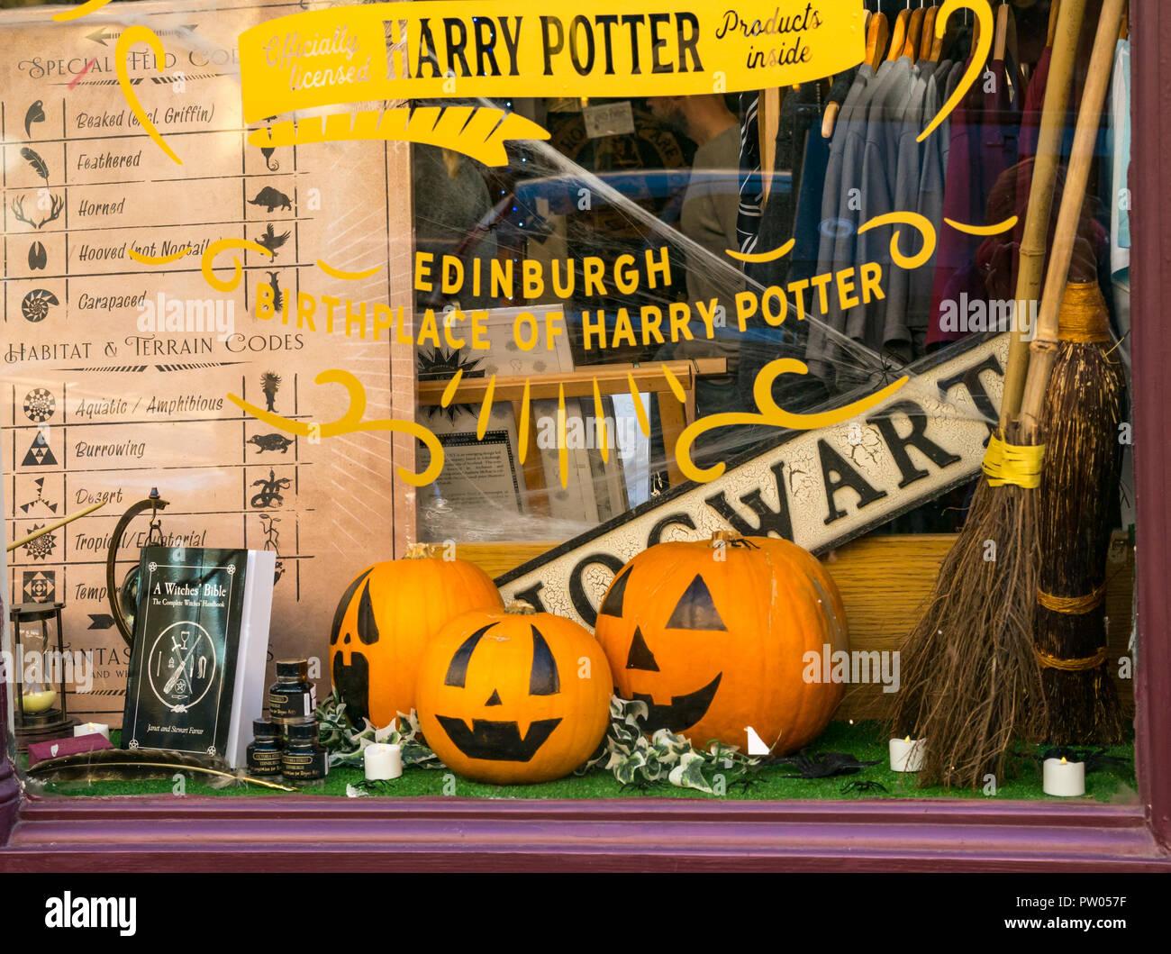 Harry Potter Diagon House shop window with memorabilia and pumpkins for Halloween, Cockburn Street, Edinburgh, Scotland, UK - Stock Image