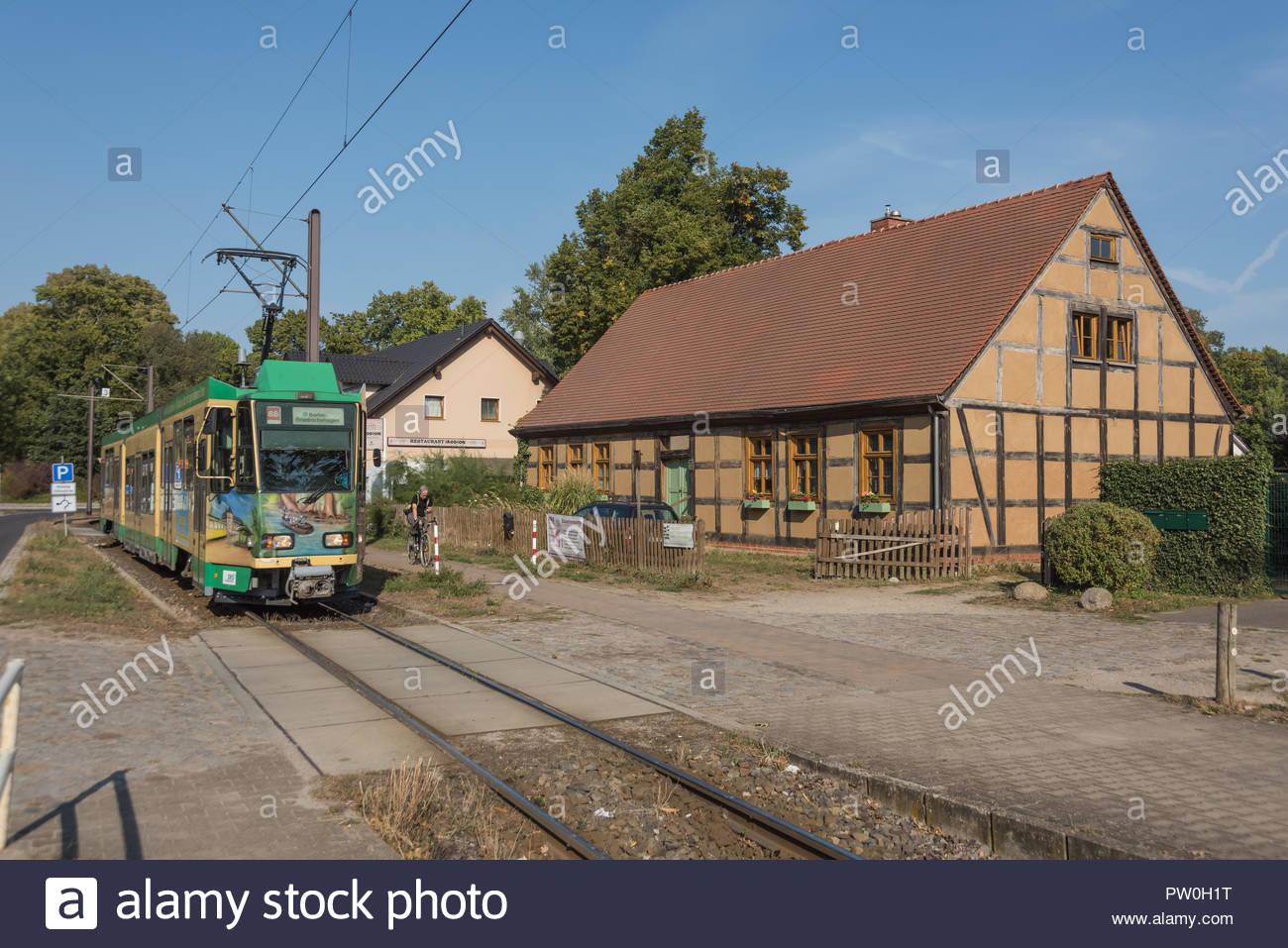 Strassenbahn Schöneiche bei Berlin (Die Strassenbahn Schöneiche bei Berlin ist eine Überlandstrassenbahn östlich in und von Berlin. sie führt vom S-Ba Stock Photo