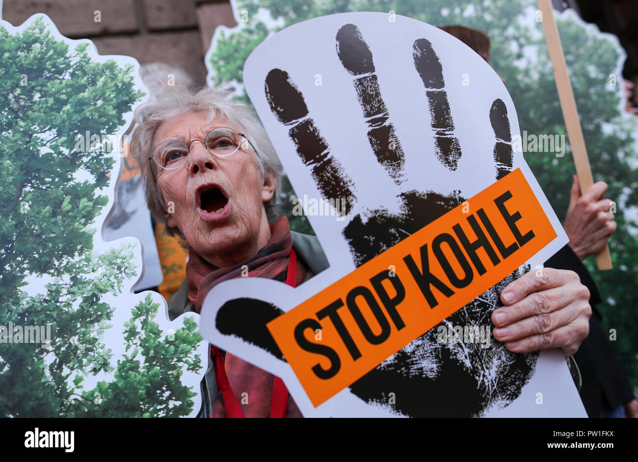 Berlin, Germany. 12 October 2018, Berlin: Environmentalists and activists of the Campact citizens' movement protesting in front of the Federal Ministry of Economics against further coal mining in Germany. The coal commission, which is to negotiate a timetable and a date for phasing out coal production by the end of the year, meets at the ministry. Photo: Jens Büttner/dpa-Zentralbild/dpa Credit: dpa picture alliance/Alamy Live News Stock Photo