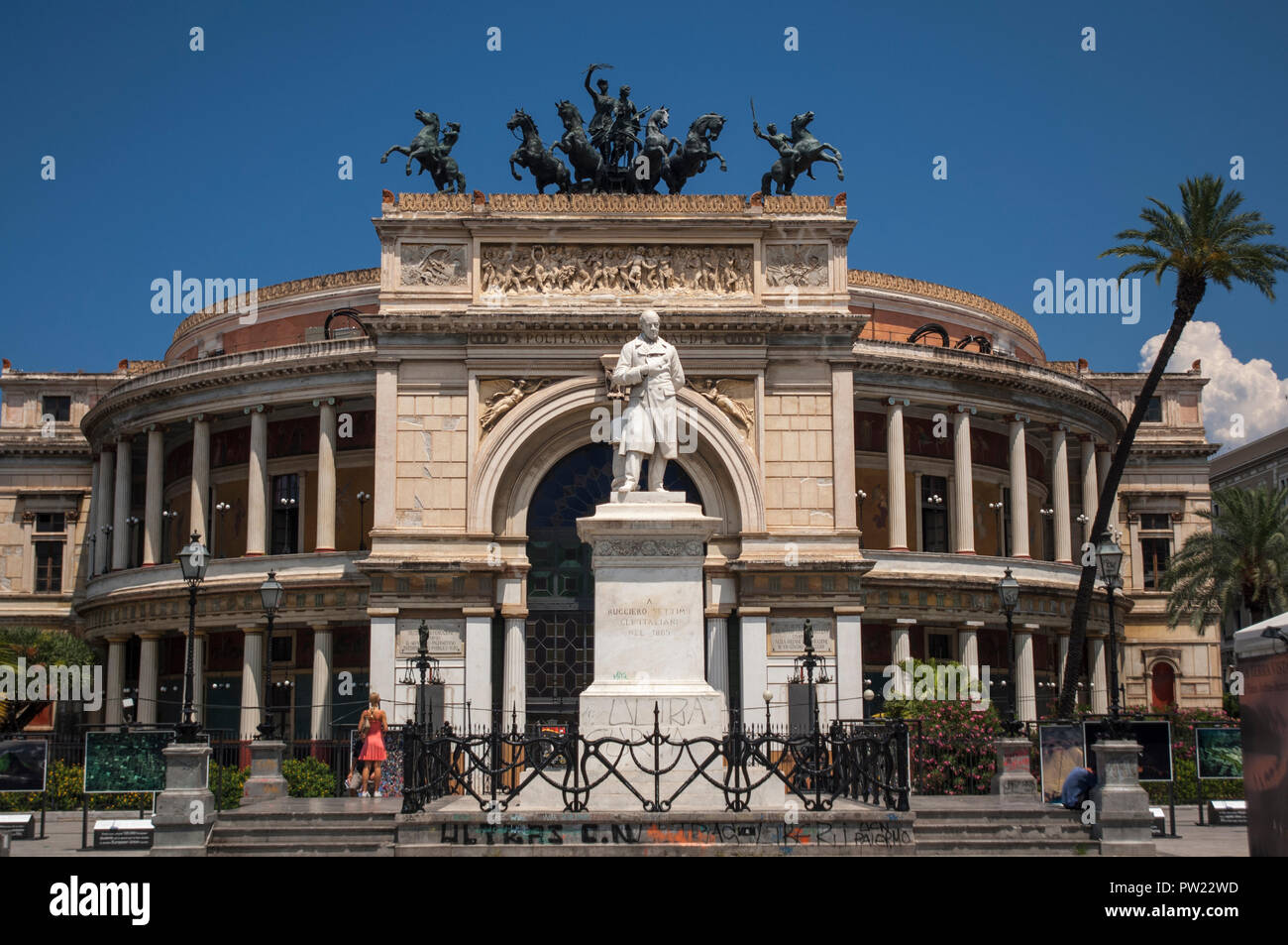 Teatro Politeama Garibaldi, featuring a triumphal arch with a bronze quadriga of horses and chariot above it and a statue of Ruggero Settimo in front Stock Photo