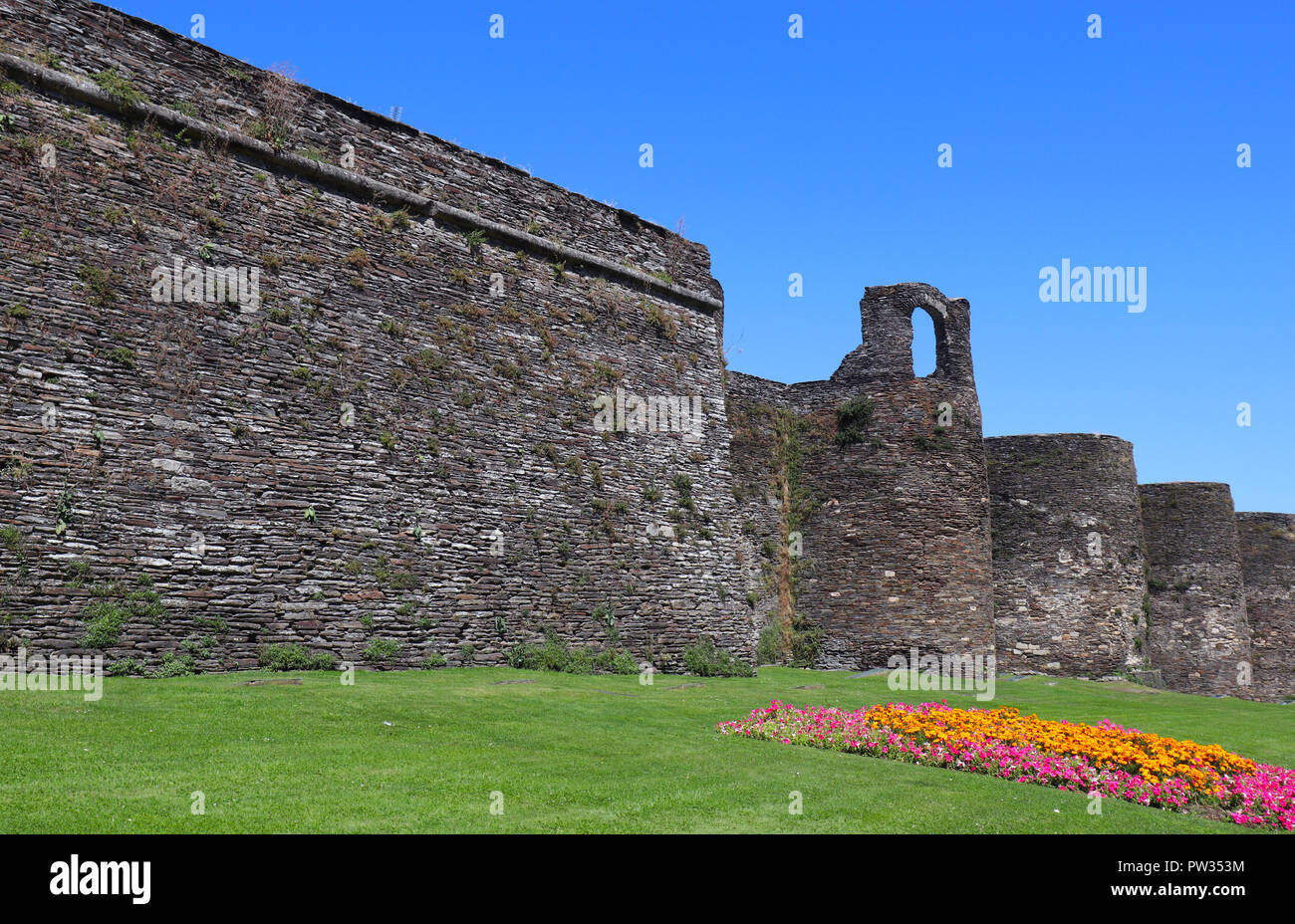 This Roman wall encircles the old town in Lugo, Northern Spain. The wall is around 3kms in circumference and very high in places. - Stock Image