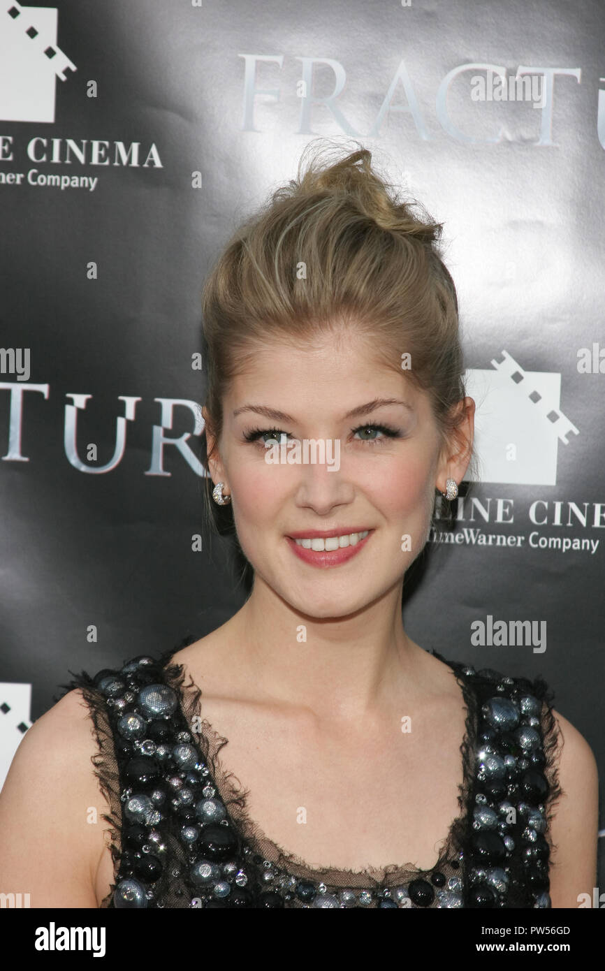 Rosamund Pike  04/11/07'Fracture'Premiere  @ Mann Village Theatre, Westwood photo by Munetaka Kurosu/HNW / PictureLux  File Reference # 33683_839HNWPLX - Stock Image