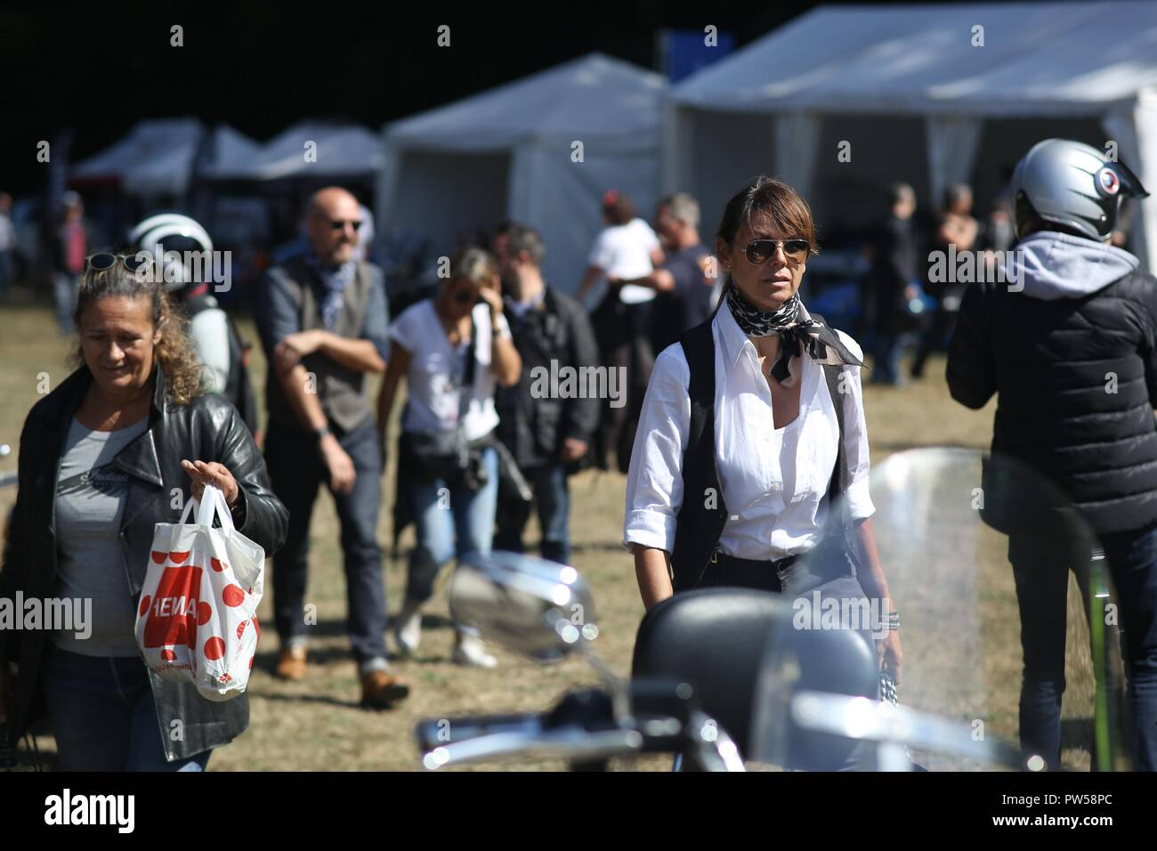 Female Bikers arriving at Château de Neuville in Gambais (78) – France. - Stock Image