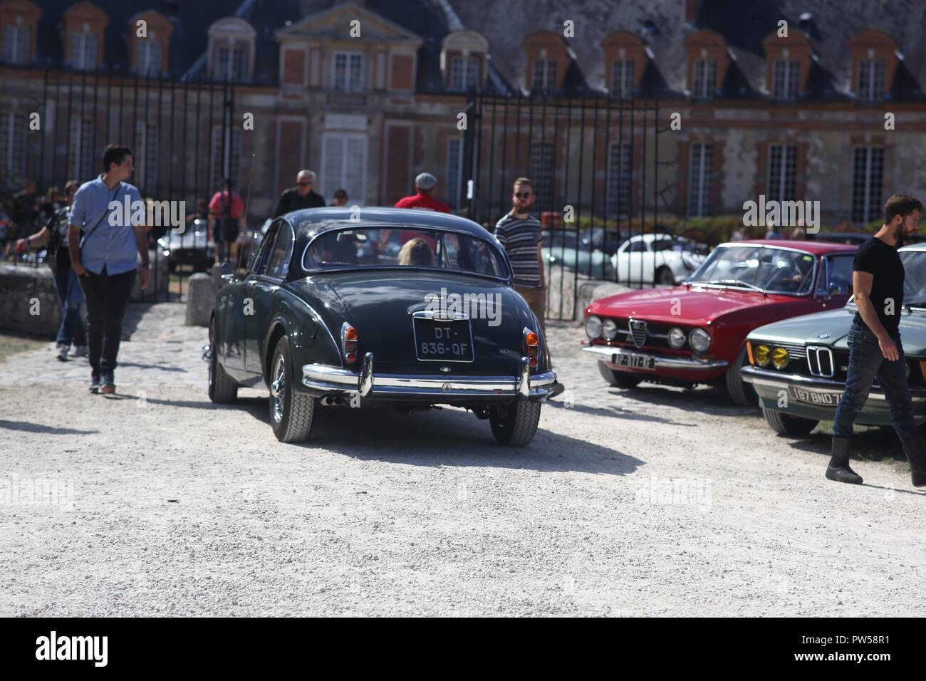 Jaguar MKII arriving at Château de Neuville in Gambais (78) – France. - Stock Image