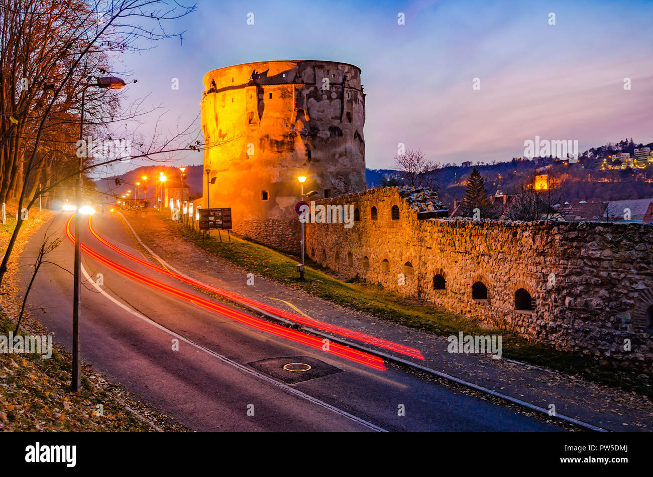 Brasov, Romania, The Drapers' Bastion: Night view of the Drapers in the sunset lights - Stock Image