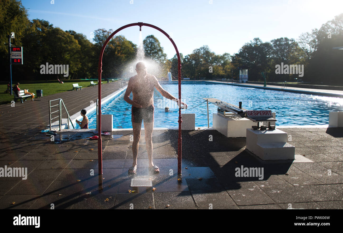 Hannover, Lower Saxony. 13th Oct, 2018. A pool guest taking ...