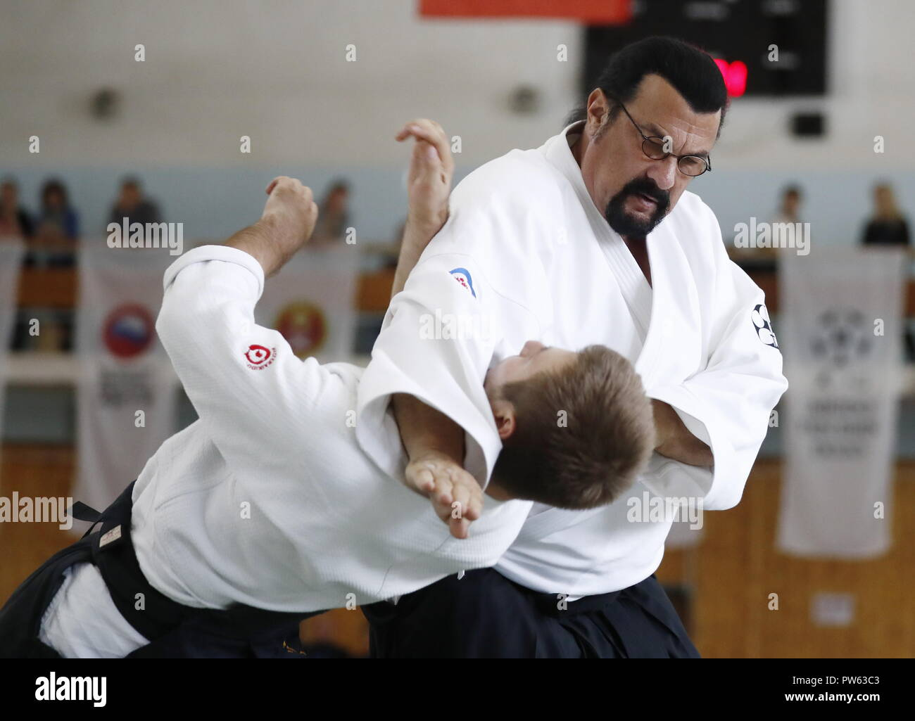 Moscow, Russia. 13th Oct, 2018. MOSCOW, RUSSIA - OCTOBER 13, 2018: US actor Steven  Seagal (R) gives an aikido masterclass at Fili Sports Complex; the event is  part of the 1st International