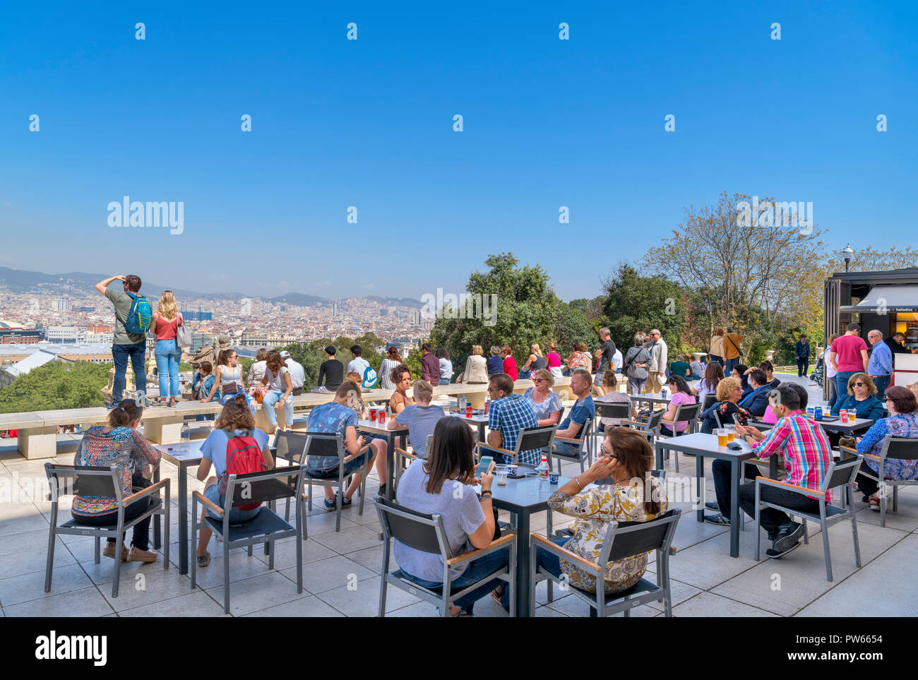 People sitting outside on the terrace of the cafe at the Museu Nacional d'Art de Catalunya (MNAC), Montjuïc, Barcelona, Spain. - Stock Image