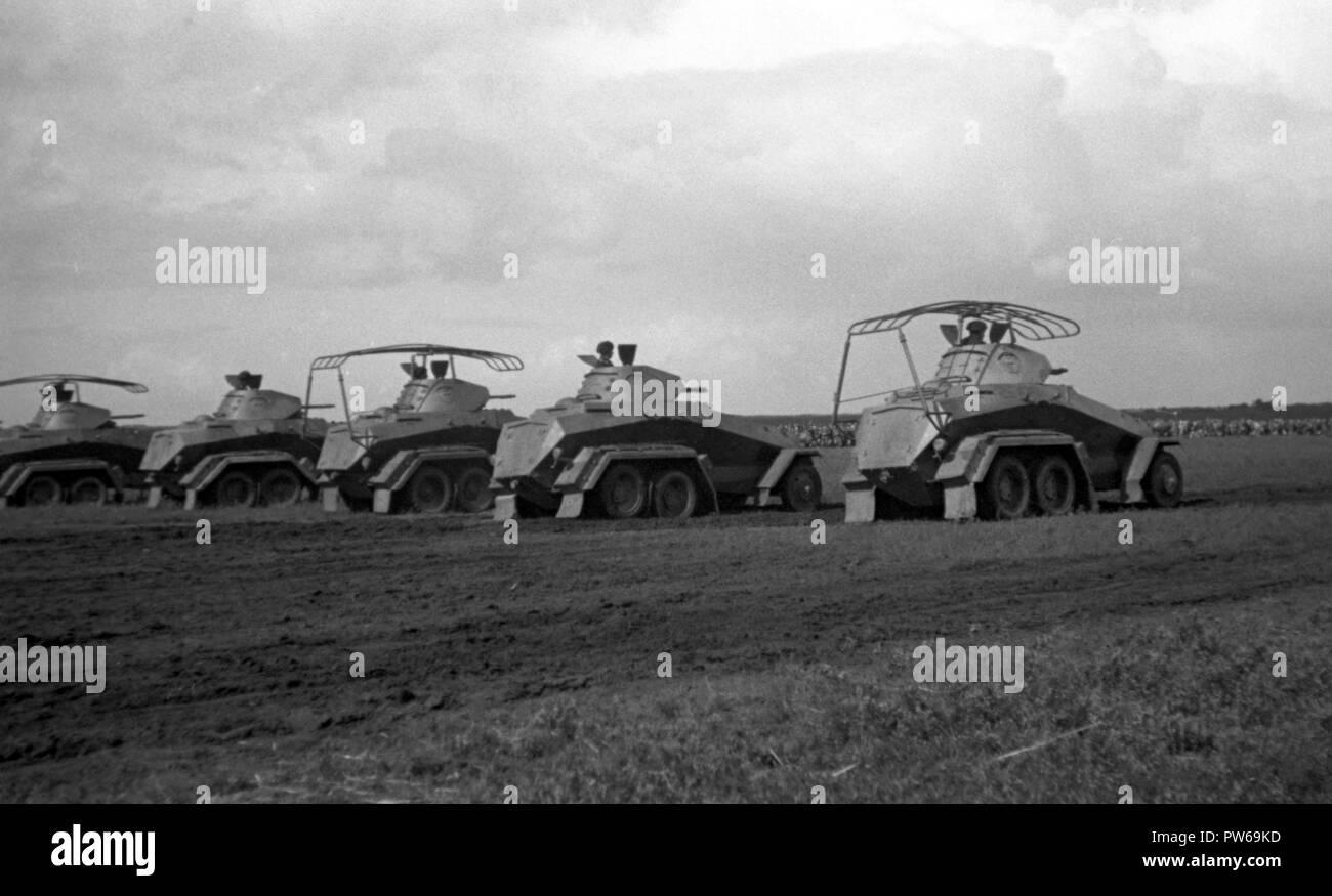Reichswehr Heer Schwerer Panzerspähwagen Sd.Kfz 231 / Schwerer Panzerspähwagen Funk (Fu) Sd.Kfz 232 Stock Photo