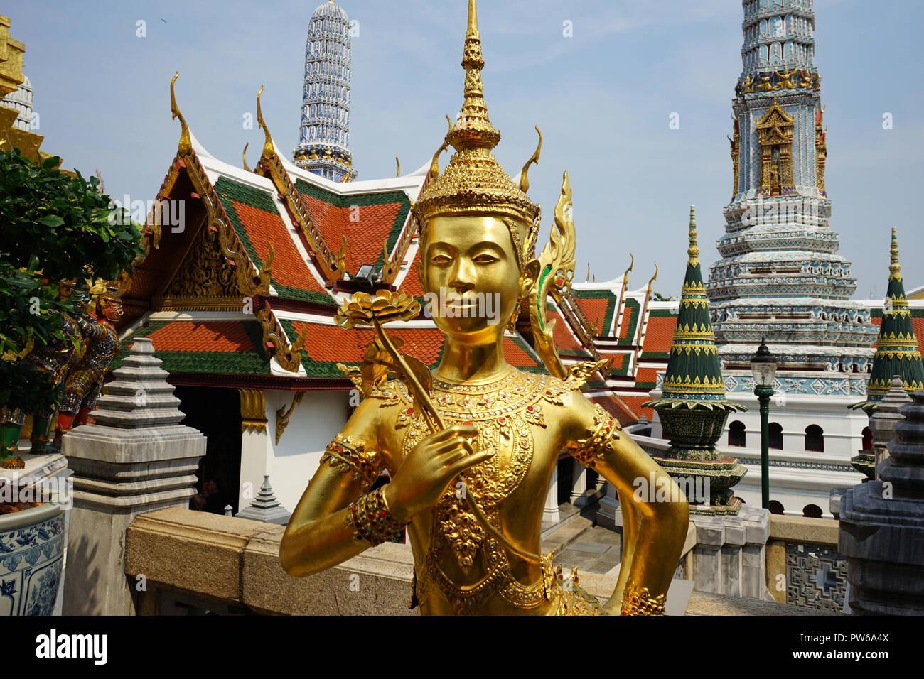 Kinnorn, Goldene Singhapanorn-Statue, Wat Phra Kaeo, Ko Ratanakosin, Bangkok, Thailand, Asien - Stock Image