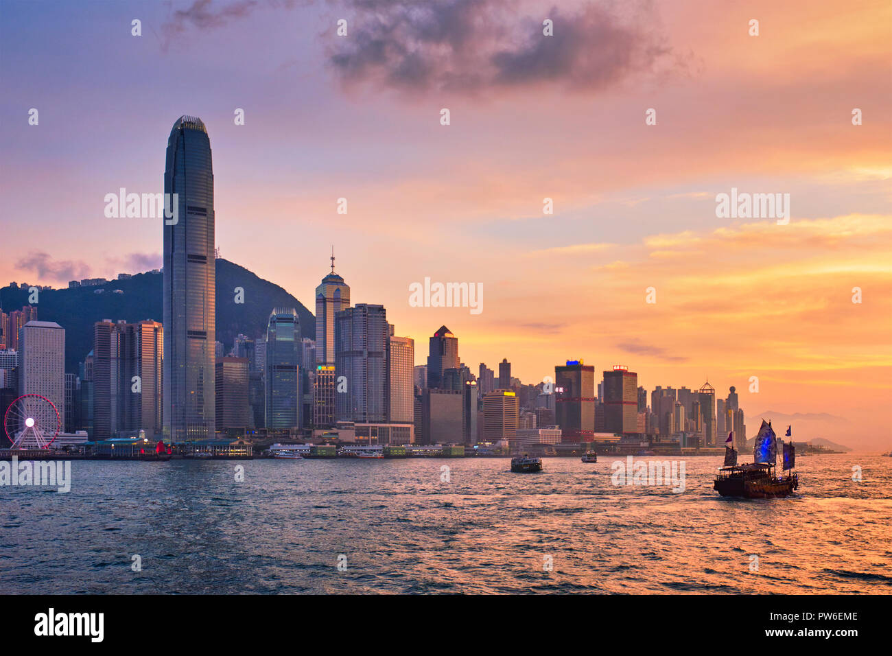 Junk boat in Hong Kong Victoria Harbour - Stock Image