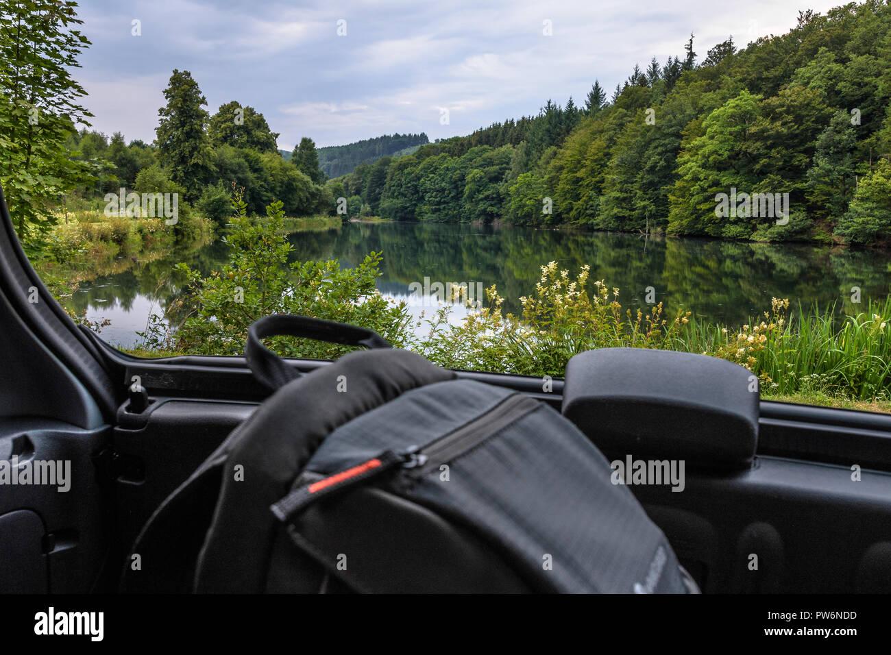 Blick aus dem Auto.Waldsee. - Stock Image