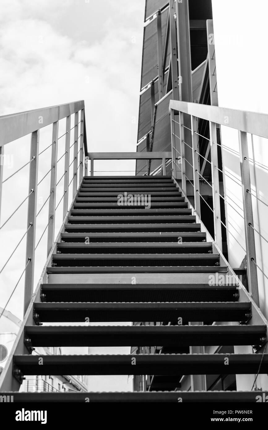 Metalltreppe nach oben.Schwarzweiss. - Stock Image