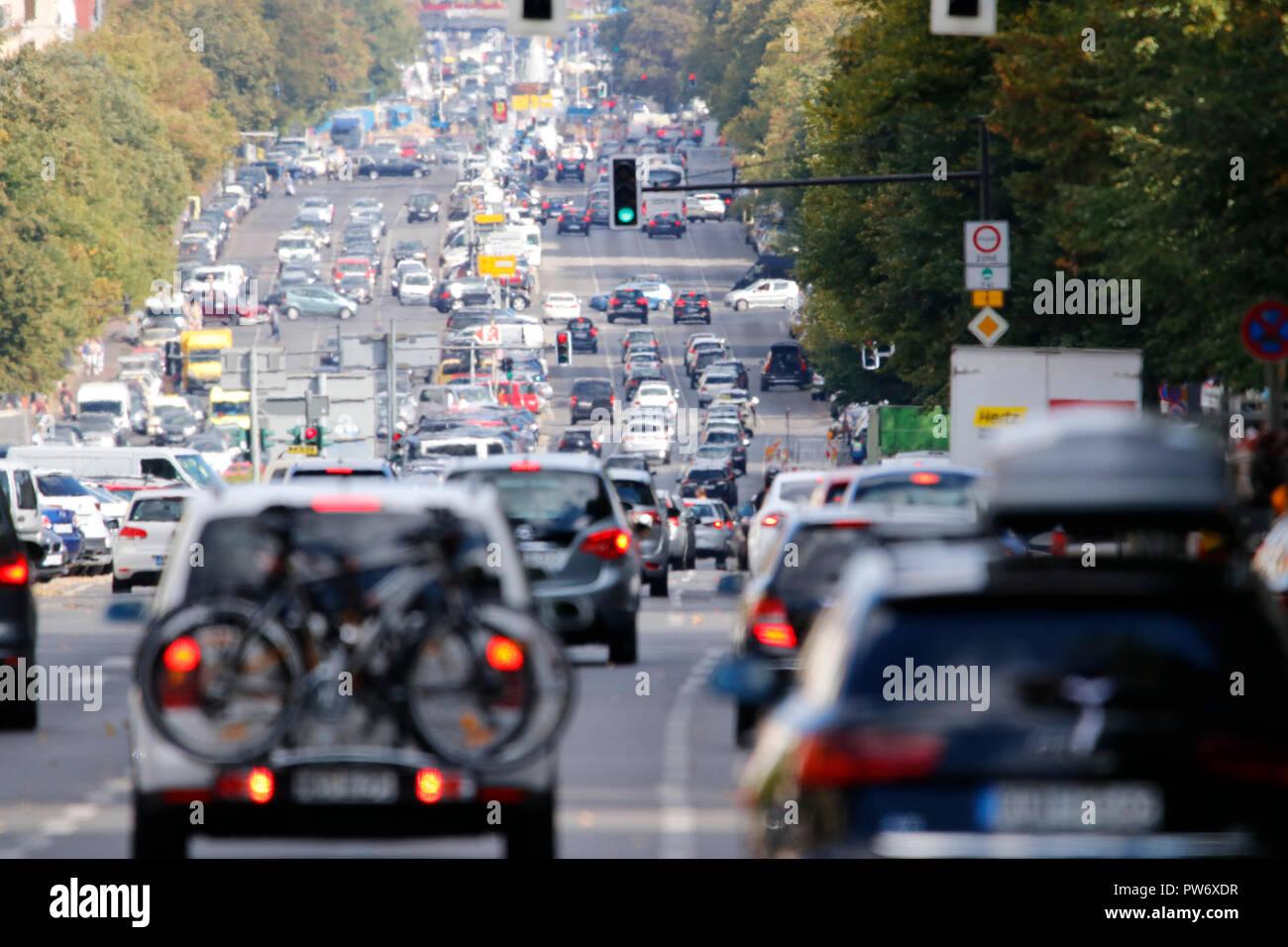 Strassenverkehr auf der Heerstrasse, Berlin-Charlottenburg (nur fuer redaktionelle Verwendung. Keine Werbung. Referenzdatenbank: http://www.360-berlin - Stock Image