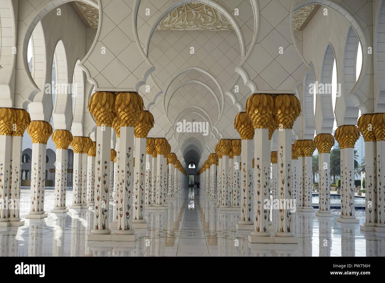 Säulengang, Sheikh-Zayed-Moschee, Scheich-Zayid-Moschee, Abu Dhabi, Emirat Abu Dhabi, Vereinigte Arabische Emirate, Asien - Stock Image