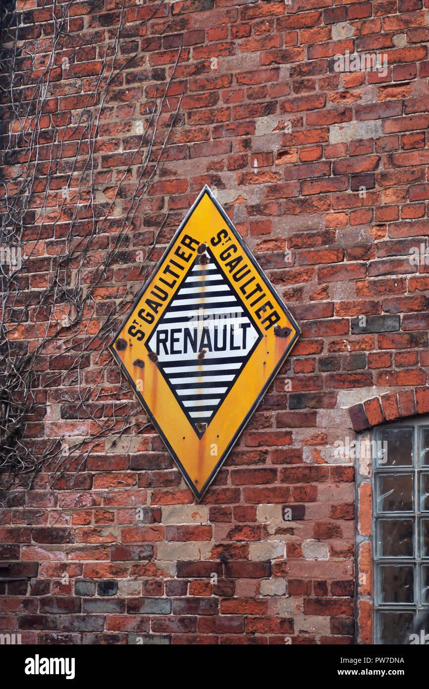 0434f899998 RENAULT SERVICE VINTAGE GARAGE ADVERTISING METAL TIN SIGN POSTER sign PLAQUE  - Stock Image