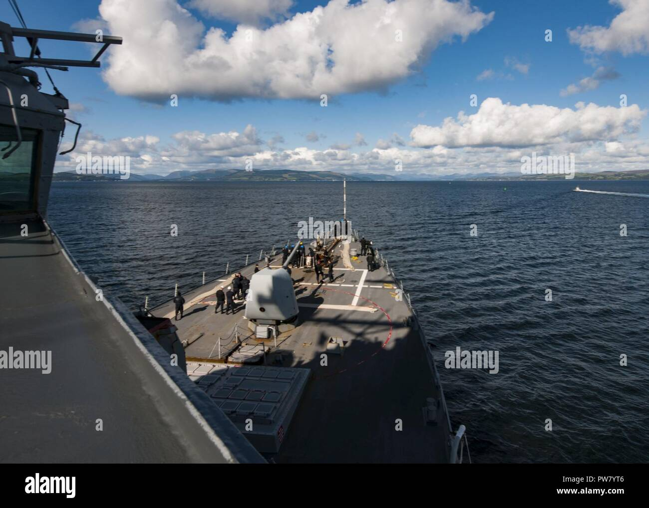 FASLANE, Scotland (Sept. 21, 2017) The Arleigh Burke-class guided-missile destroyer USS Mitscher (DDG 57) arrives at Her Majesty's Naval Base Clyde in Scotland, Sept. 21, 2017. Mitscher, homeported in Norfolk, Va., is conducting naval operations in the U.S. 6th Fleet area of operations in support of U.S. national security interests in Europe. - Stock Image