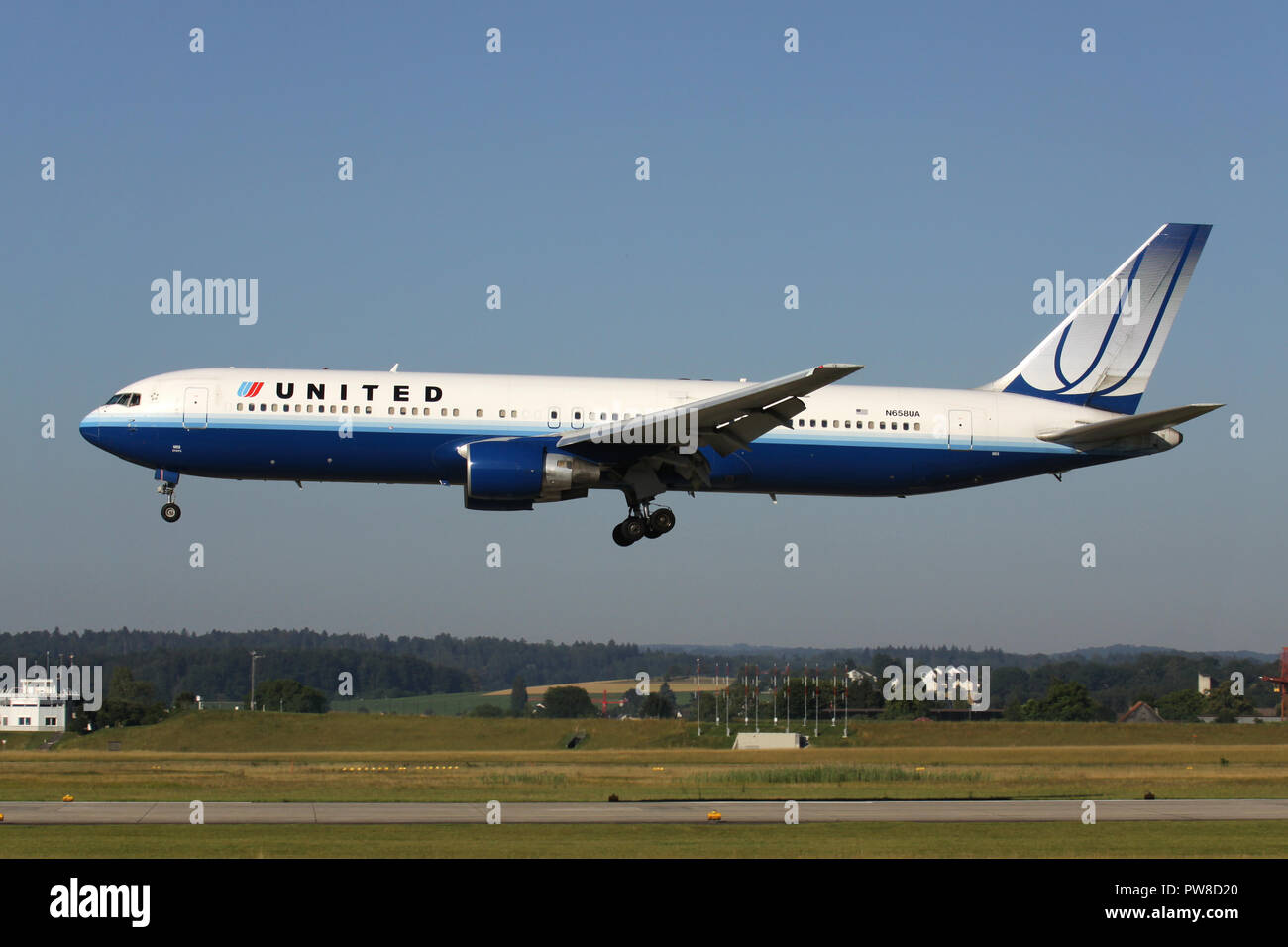 United Airlines Boeing 767-300 (old livery) with registration N658UA