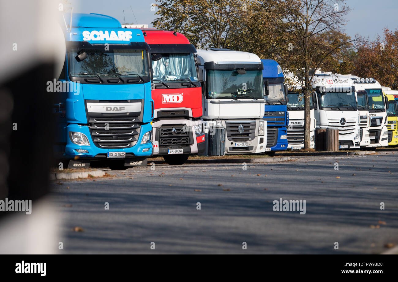"""Bautzen, Saxony. 10th Oct, 2018. Trucks are parked in a car park on the A4 motorway between Bautzen and Dresden. (to dpa """"Too few parking spaces on motorways"""" from 14.10.2018) Credit: Monika Skolimowska/dpa-Zentralbild/dpa/Alamy Live News Stock Photo"""