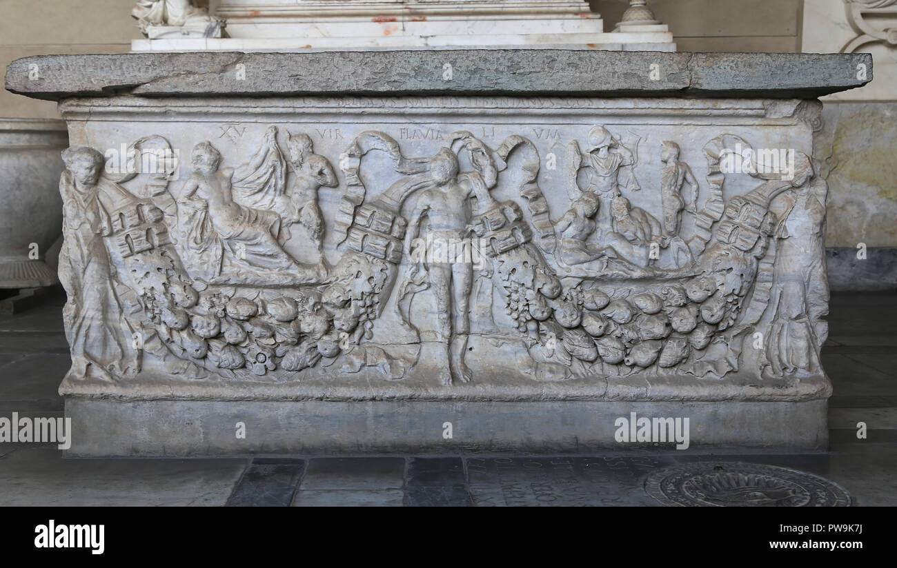 Italy. Pisa. Camposanto. Roman sarcophagus. Garland, Panisco with hermaphrodite and prisoners before man armed. Ca. 120-125. - Stock Image
