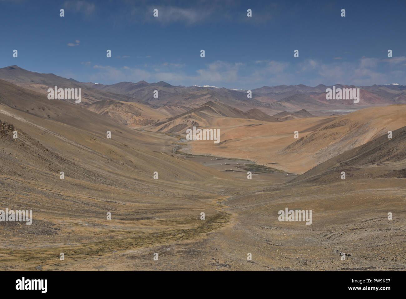 View of the Rajungkaru nomad encampment on the trek to Tso Moriri Lake, Ladakh, India - Stock Image