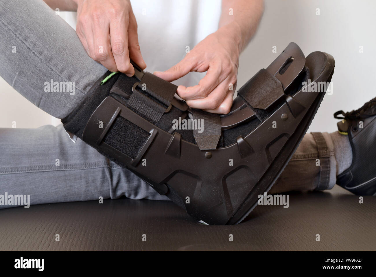 orthosis physiotherapist adjusting create gibs splint rails - Stock Image