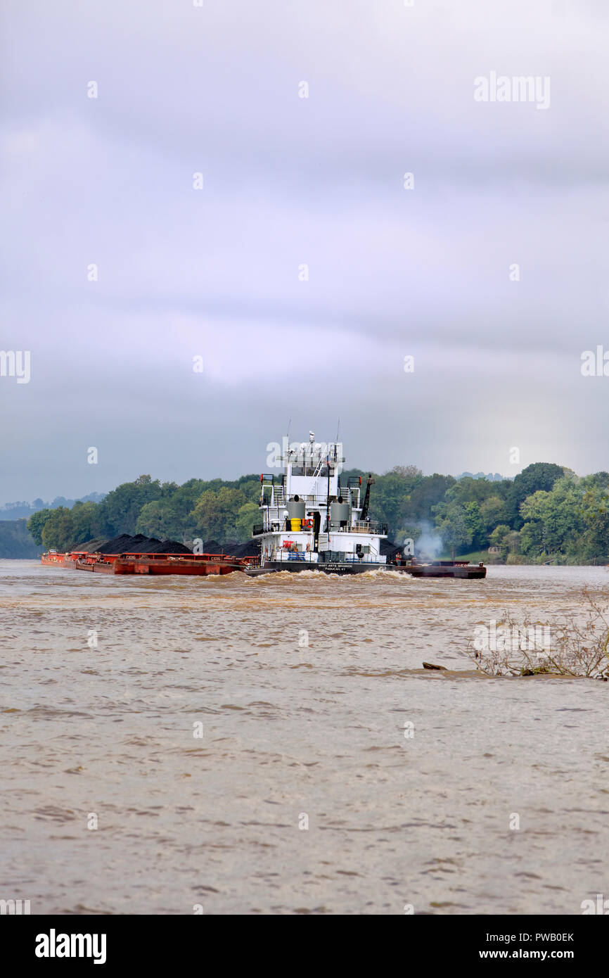 Tugboat 'Mary Artie Brannon, Paducah, KY' pushing coal loaded barges downriver, Ohio River, Parkersburg, West Virginia. - Stock Image