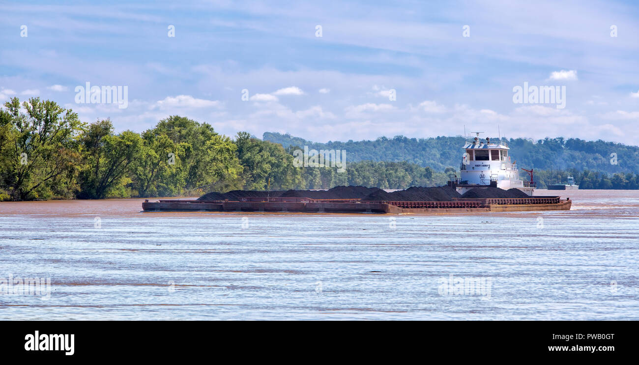 Tugboat pushing coal barges, Ohio River, bordering Parkersburg, West Virginia & Belpre, Ohio. - Stock Image
