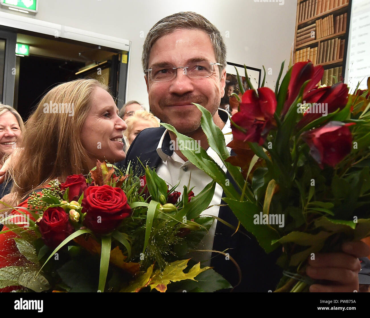 Potsdam, Brandenburg. 14th Oct, 2018. 14 October 2018, Germany, Potsdam: Wife Simone congratulates Mike Schubert (SPD) at the election party. He was elected the new Lord Mayor with 55.3 percent of the votes. Credit: Bernd Settnik/dpa-Zen tralbild/dpa/Alamy Live News - Stock Image